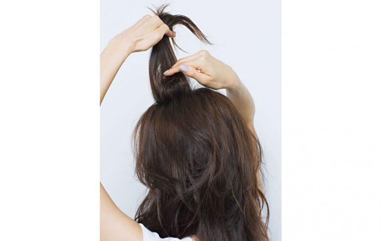 無造作感が◎ウェーブ髪の簡単ポニーテール
