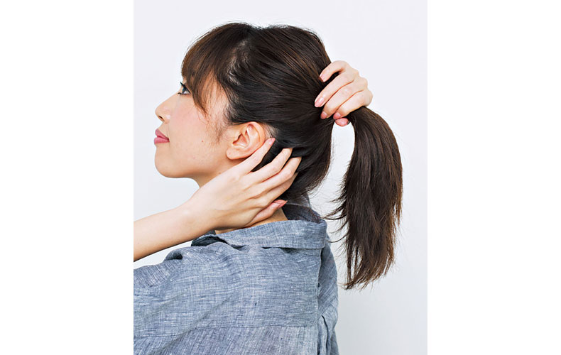 あごと耳上の延長線上にひとつに結ぶ