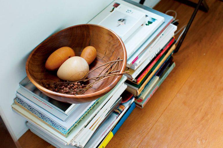 ■雑然としがちな雑誌は床置きに