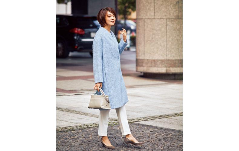 【2】水色コート×白パンツ×茶ローヒールパンプス
