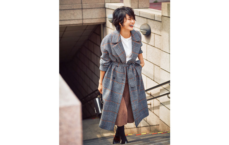 【1】グレンチェックコート×白トップス×スエードスカート