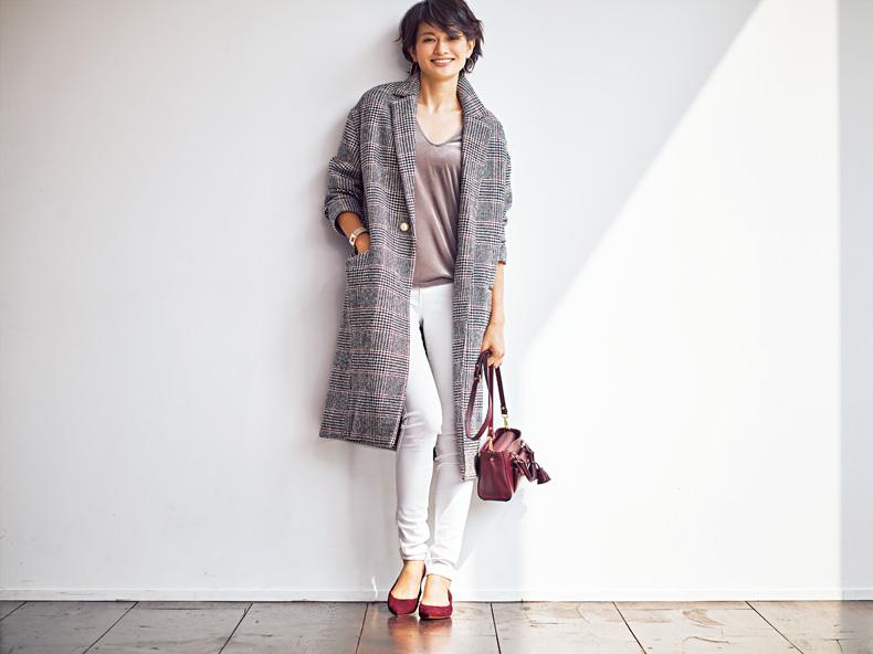 【1】チェックコート×ユニクロの白パンツ×赤ぺたんこ靴