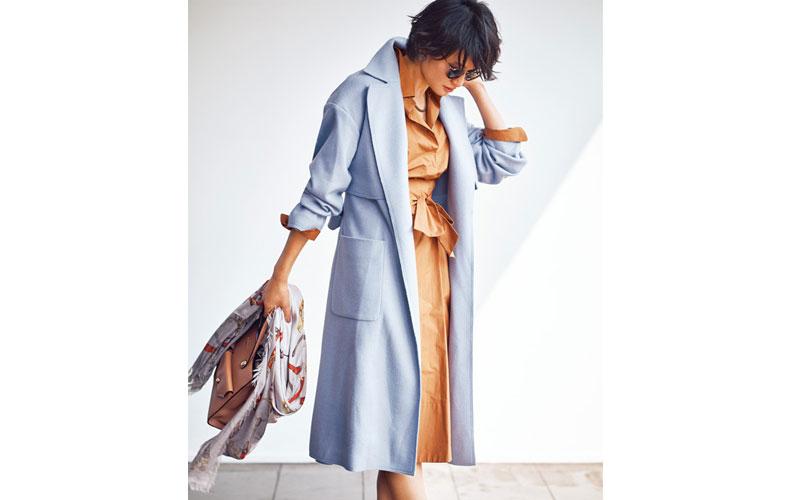 【3】ブルーのトレンチ形ウールコート×ワンピースの着こなし