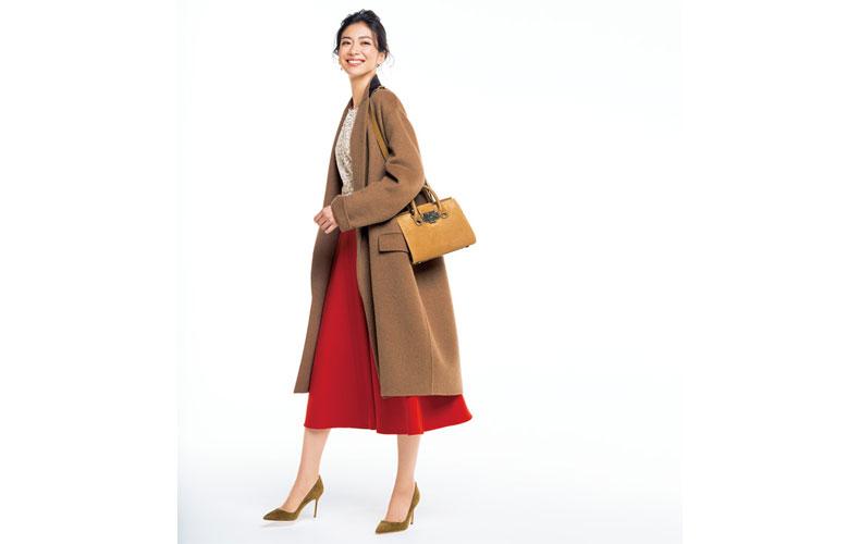 【1】キャメルのコート×赤ロングスカート