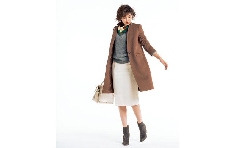 【5】グレーニット×白コーデュロイタイトスカート×茶色ノーカラーコート