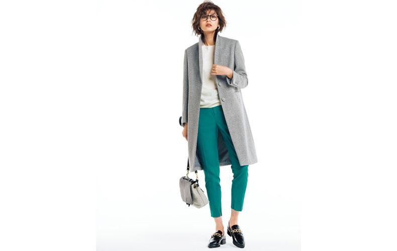 【8】白ニット×グリーンパンツ×グレーチェスターコート