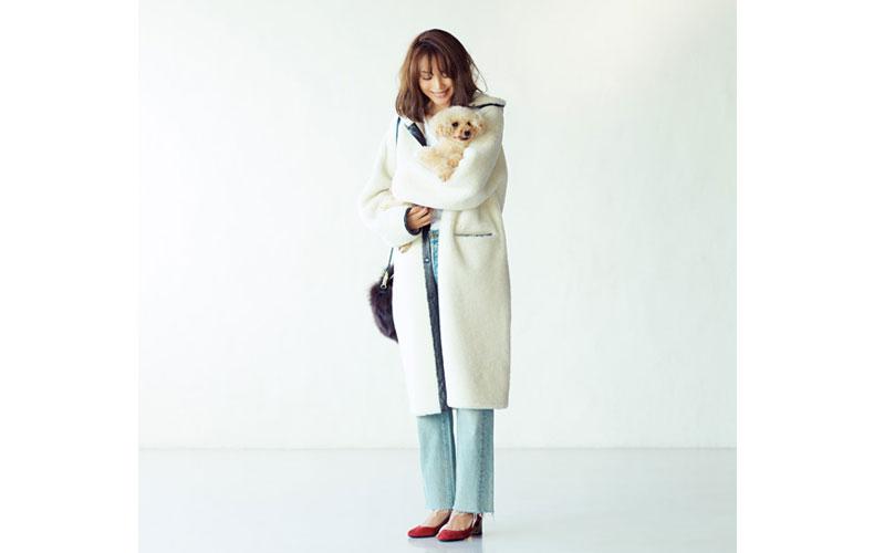 【6】デニムパンツ×白のコート