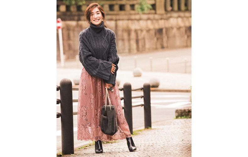 【2】タートルネックニット×くすみピンクのロングスカート