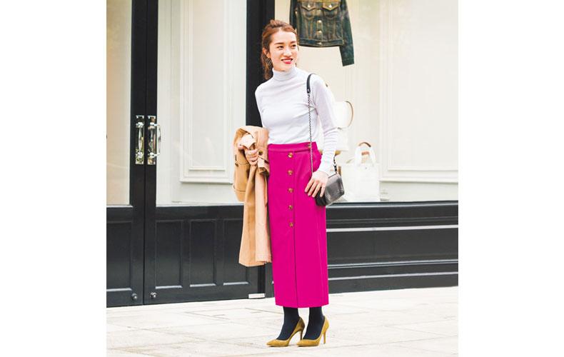 【3】白のタートルネックニット×ビビットピンクのロングスカート