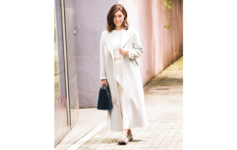 【2】ライトグレーのコート×ロングスカート
