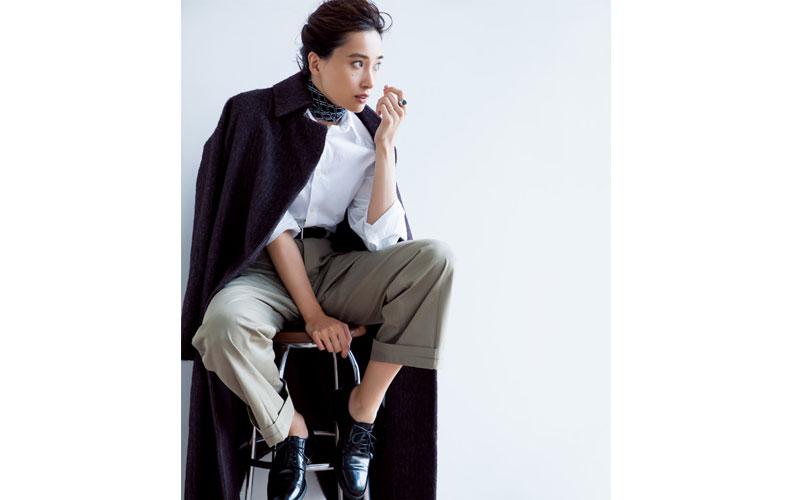 【5】黒コート×カーキワイドパンツ×白ブラウス