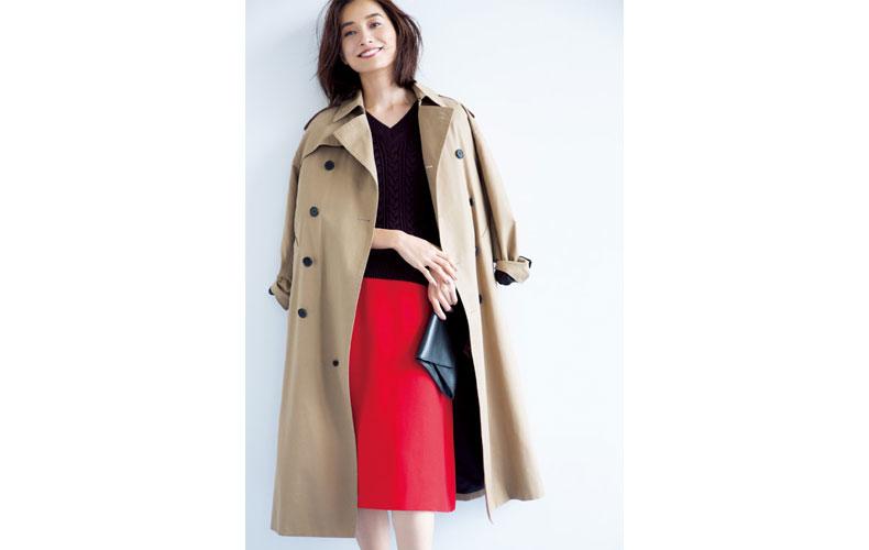 【7】黒Vネックニット×赤ニットタイトスカート×ベージュトレンチコート