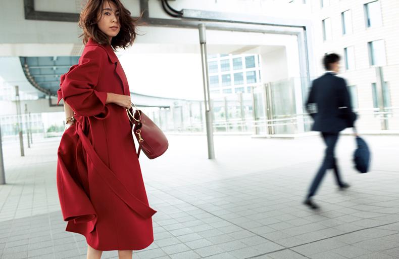 【1】赤いロングコートのドラマティックな着こなし