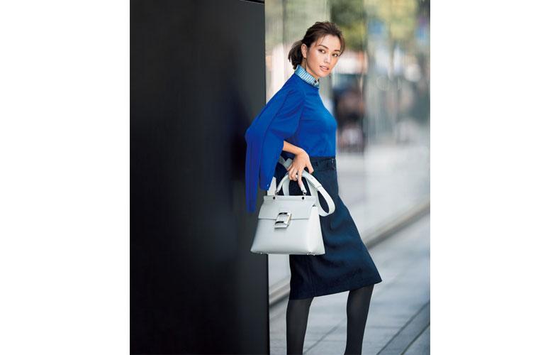 【7】青ツインニット×黒タイトスカートの知的コーデ