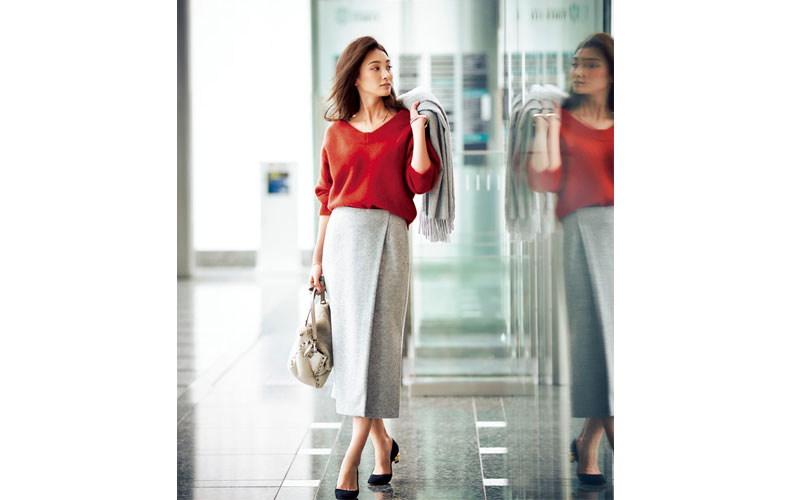 【7】グレーのロングタイトスカート×赤Vネックニット