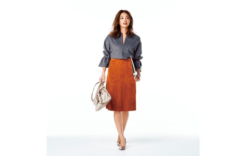 【2】スエードスカート×コンシャスなトップスの旬コーデ