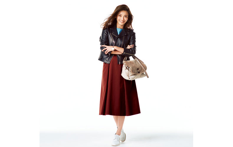 【7】黒ジャケット×水色ニット×赤スカート×カジュアルな革靴