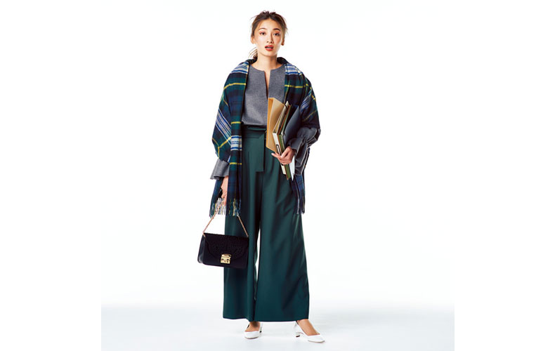 【3】ストール×グレーのブラウス×グリーンのワイドパンツ