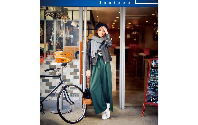 【6】黒ジャケット×緑パンツ×カジュアルな革靴