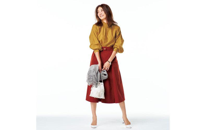 【1】黄色のブラウス×赤スカートのオフィスコーデ
