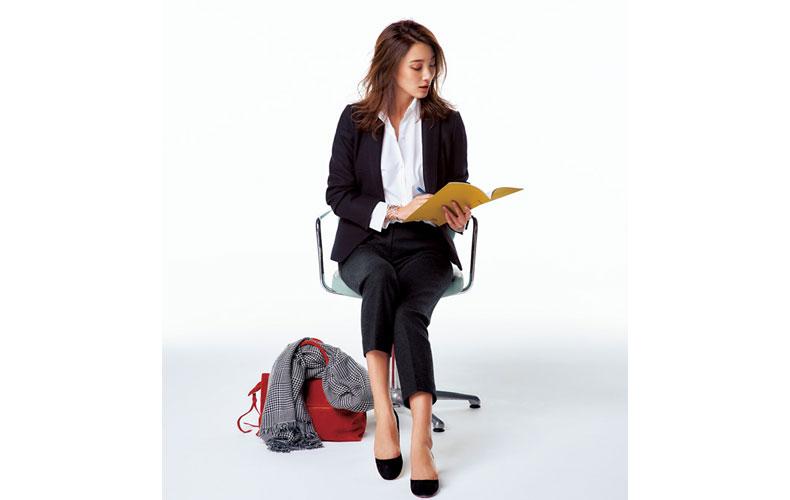 【1】白シャツ×黒のジャケット&パンツのオフィスコーデ