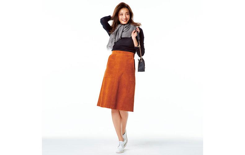 【5】黒ニット×キャメルスカート×カジュアルな革靴