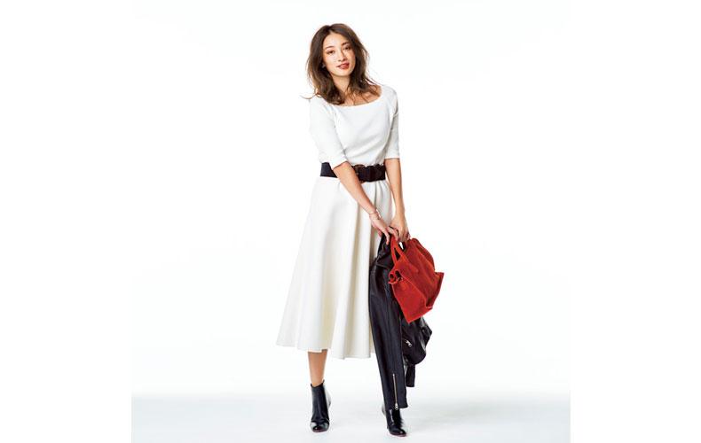 【2】白のフレアスカート×黒のライダースジャケット