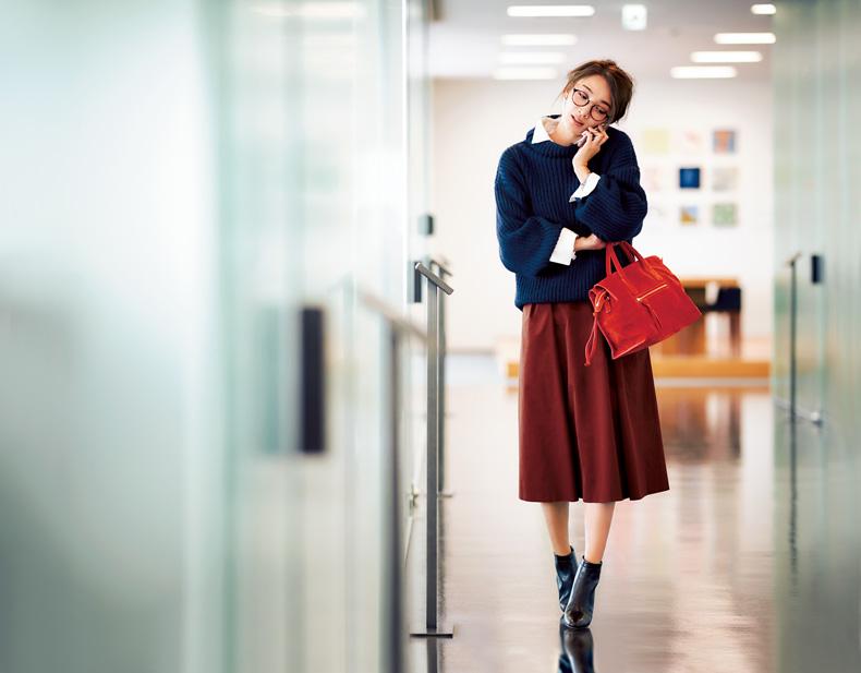 【4】ネイビーニット×白シャツ×赤スカート