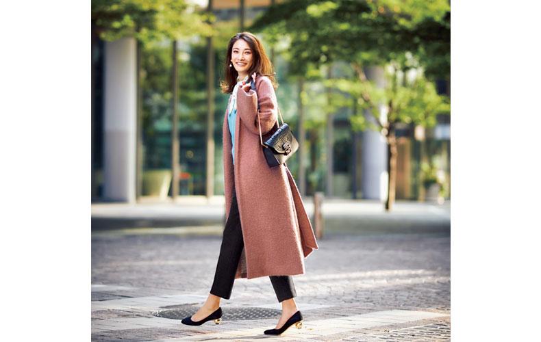 【7】ピンクコート×水色ニット×黒ズボン