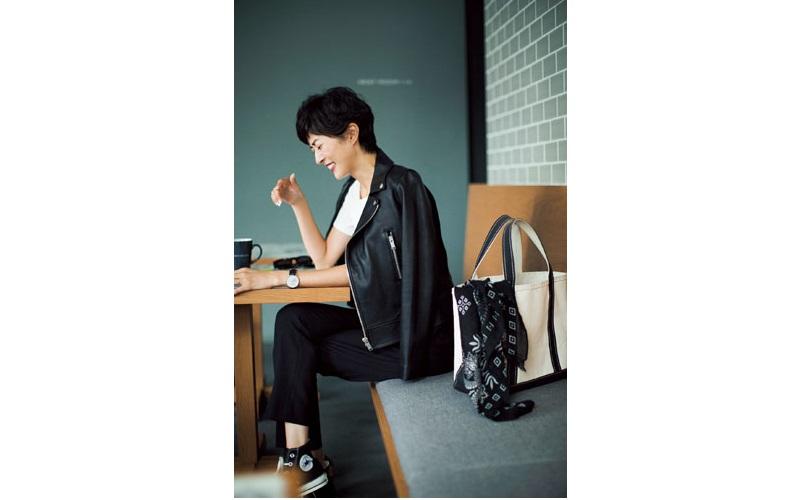 【2】ライダースジャケット×黒スティックパンツ