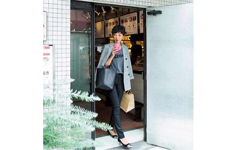 【2】チェックジャケット×黒パンツ×グレーTシャツ