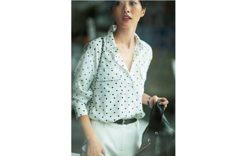 【1】ライダースジャケット×白パンツのオフィスコーデ