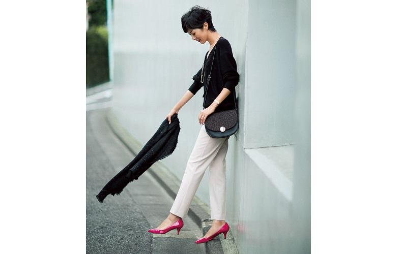 【1】白パンツ×黒ニットの通勤スタイル