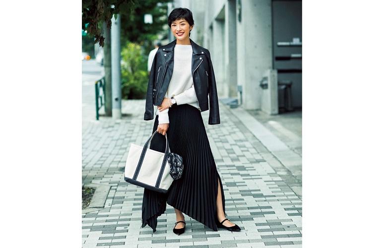 【3】ジャケット×白ニット×ロングプリーツスカート