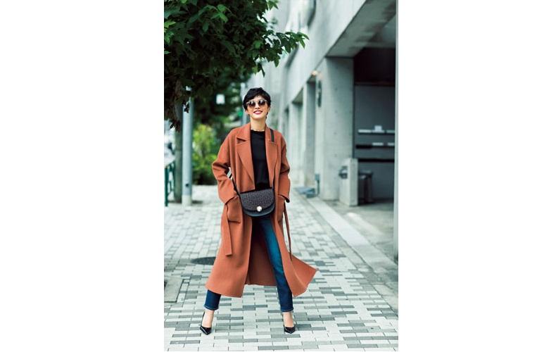 【3】スキニーパンツ×黒ニット×キャメルのコート