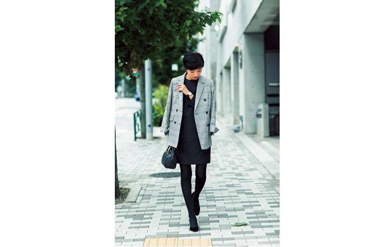 【5】グレンチェックジャケット×黒ワンピース
