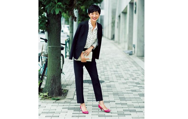 【3】黒のパンツ&ジャケット×ドットシャツのスーツスタイル