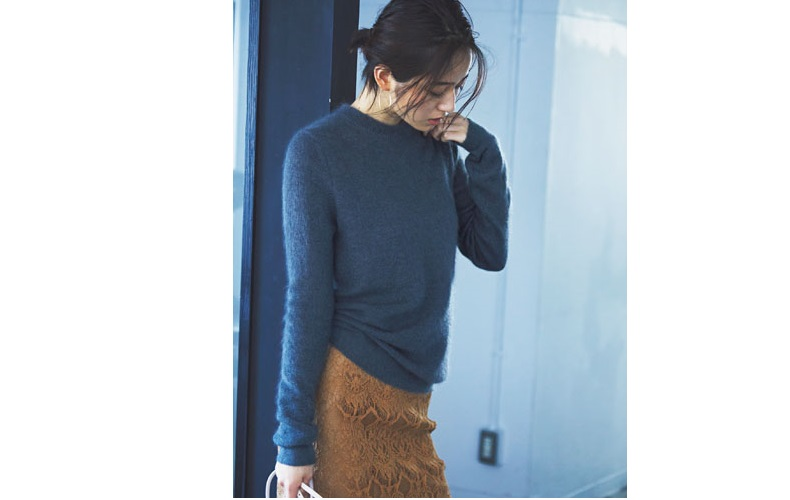【2】レースのキャメルタイトスカート×ネイビーセーター
