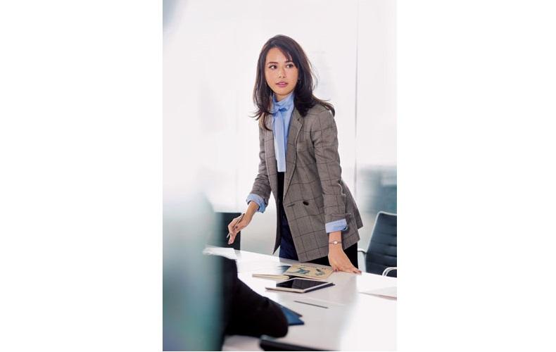 【1】ボウタイシャツ×ネイビータイトスカート×チェック柄テーラードジャケット