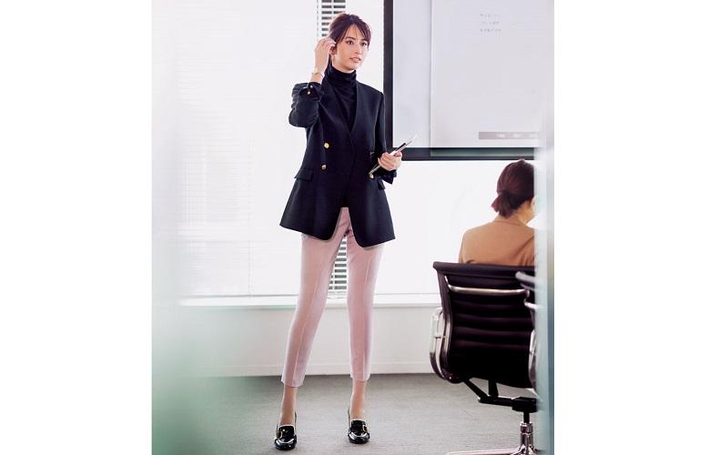 【2】ピンクのパンツ×黒ジャケットのオフィスコーデ