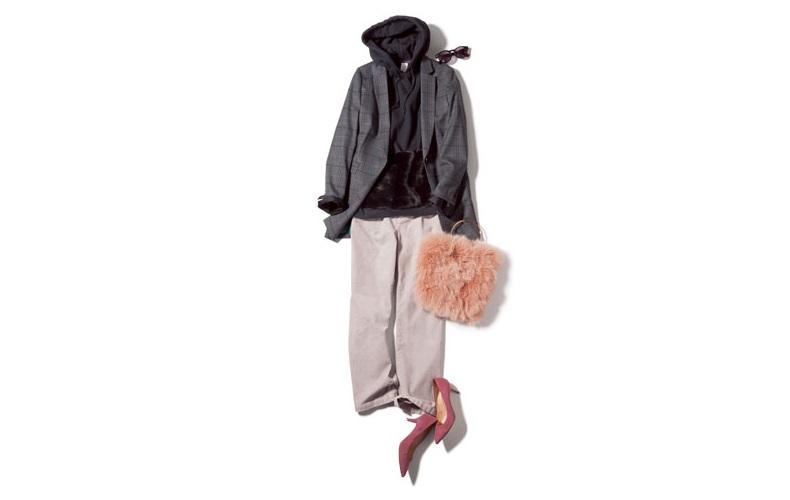 【1】パンツ×パーカー×グレーのジャケットのカジュアルコーデ