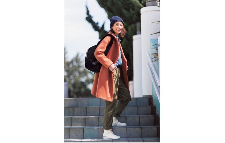 【3】ピンクコート×水色シャツ×カーキパンツ×ネイビーニット帽