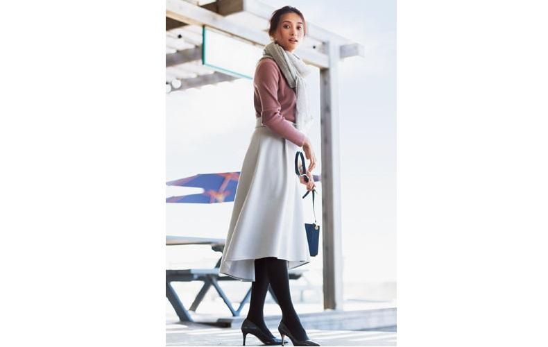 【4】ピンクニット×白スカート×黒パンプス×タイツ