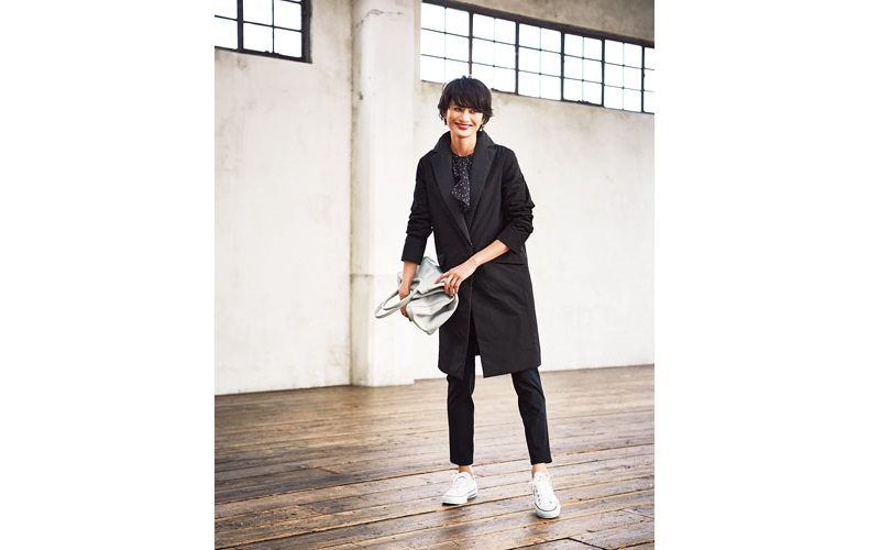 【4】黒コート×黒ブラウス×黒ズボン