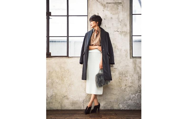 【2】黒コート×グレータイトスカート×ベージュブラウス