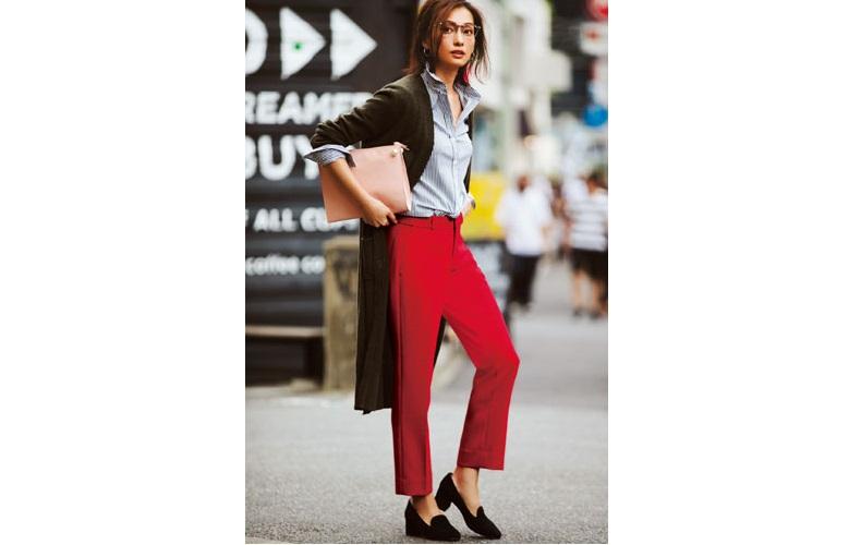 【5】ストライプシャツ×赤パンツ×カーキロングカーディガン