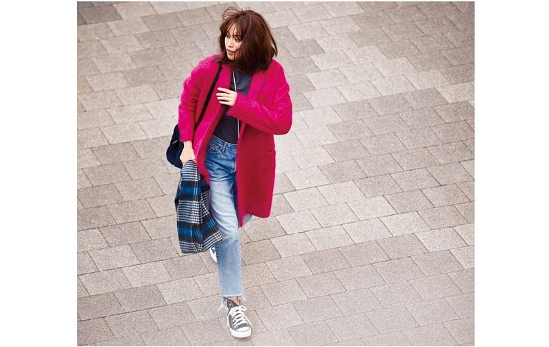 【5】デニム×グレーのニット×ピンクのコート