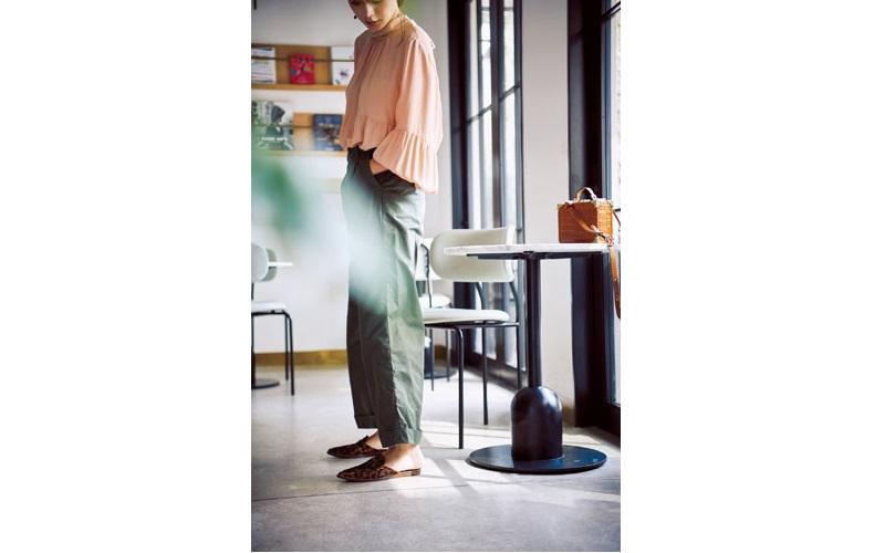 【5】サーモンピンクのブラウス×カーキパンツ