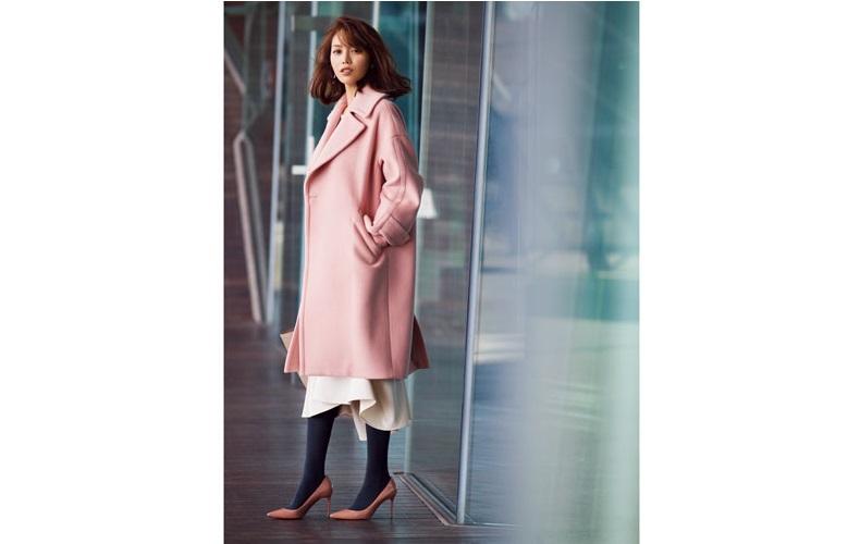 【3】ピンクのコート×白フレアスカート