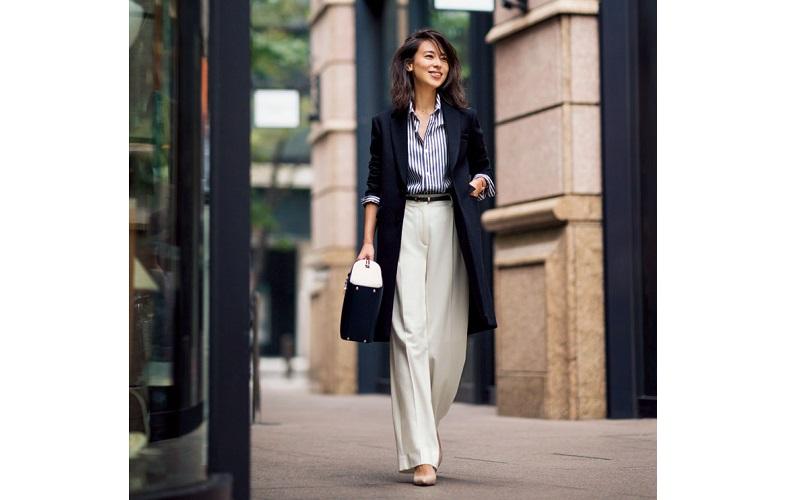 【5】黒コート×白ワイドパンツ×青ストライプシャツ